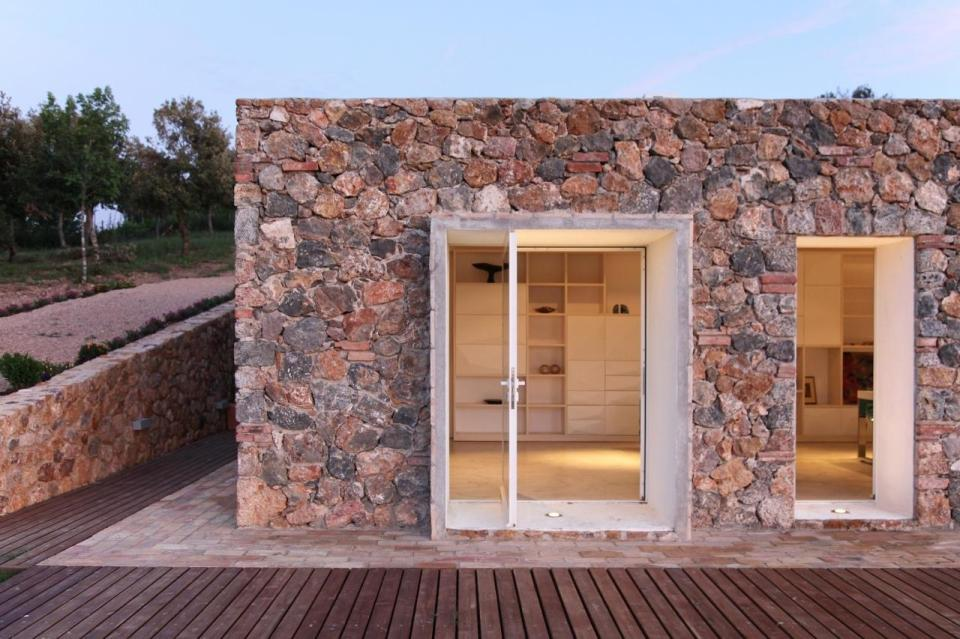A crumbling stone barn in Tuscany was turned in a contemporary home with 2 bedrooms in 969 sq ft.   www.facebook.com/SmallHouseBliss