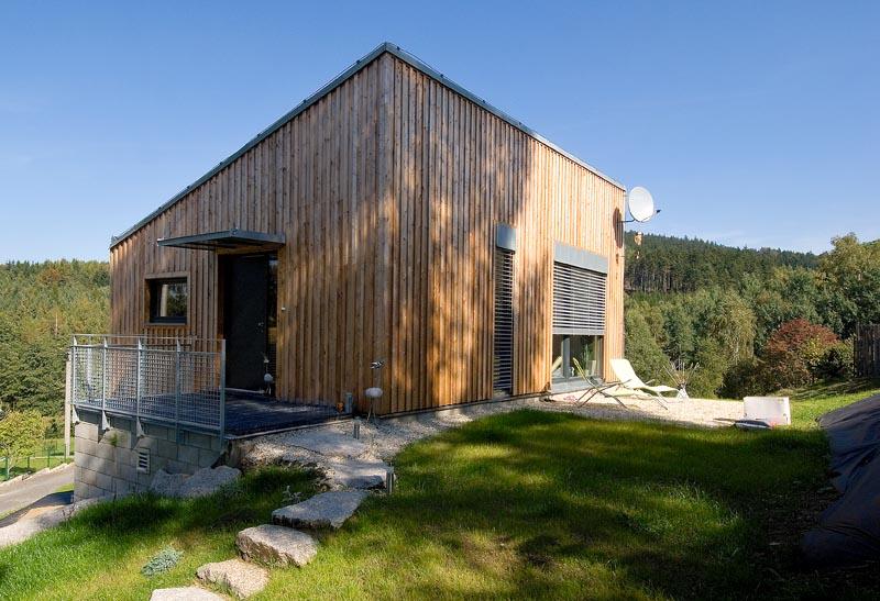 Small house on a hillside vladim r balda small house bliss for Best hillside house designs