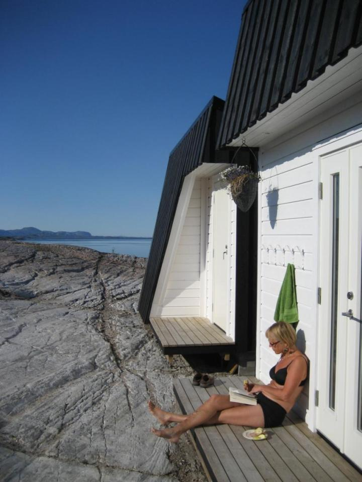An irregular horseshoe-shaped floor plan provides shelter from the wind for this family cabin in Norway. It has 3 bedrooms in 829 sq ft.   www.facebook.com/SmallHouseBliss