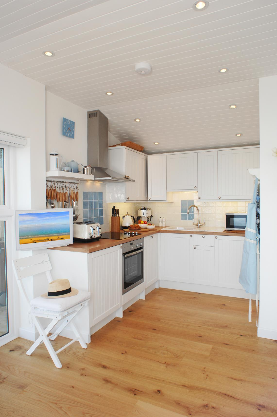 Gallery the edge an idyllic beach cottage in cornwall for Beach house kitchen plans