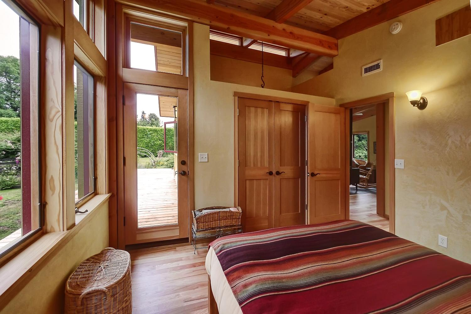 gallery river road house a beautiful timber frame 17083 | nir pearlson river road bedroom2 via smallhousebliss