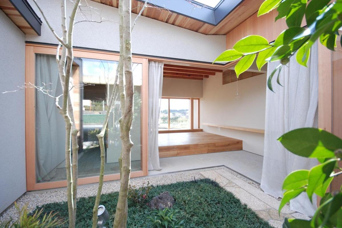A modern japanese courtyard house mitsutomo matsunami for Small courtyard house plans