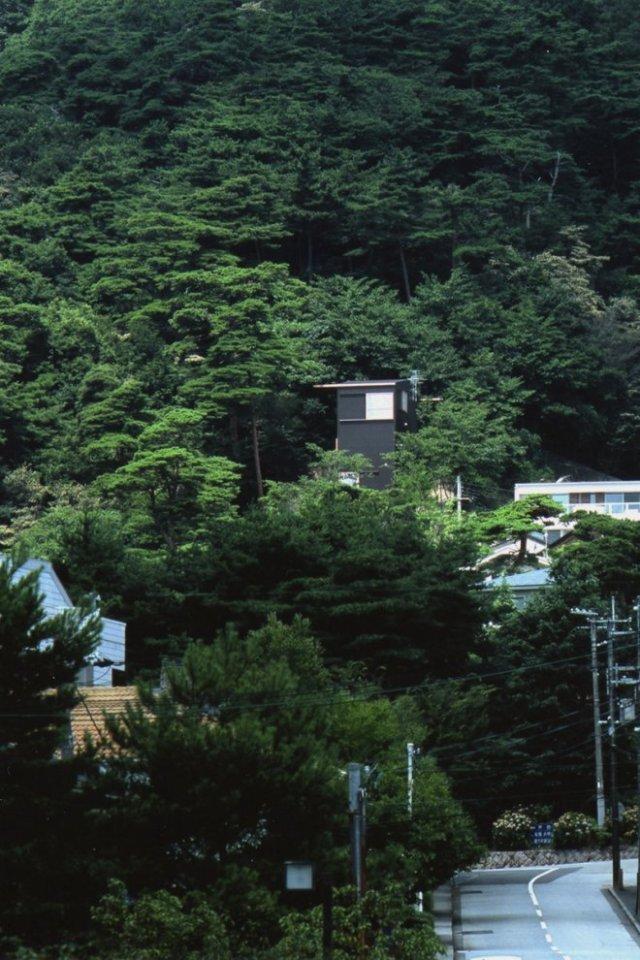House On a Mountainside, a small house by Keiichi Hayashi