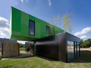 Crossbox is a modern modular house with cantilevered upper floor. It has 3 bedrooms in 1,119 sq ft. | www.facebook.com/SmallHouseBliss