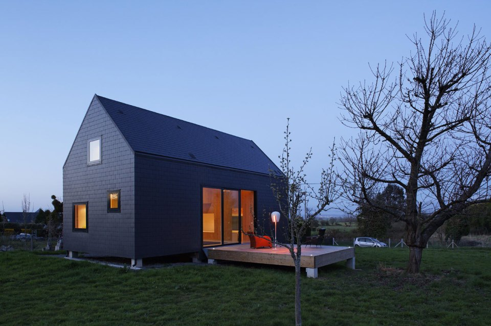 House g a striking vacation home by lode architecture for The new small house