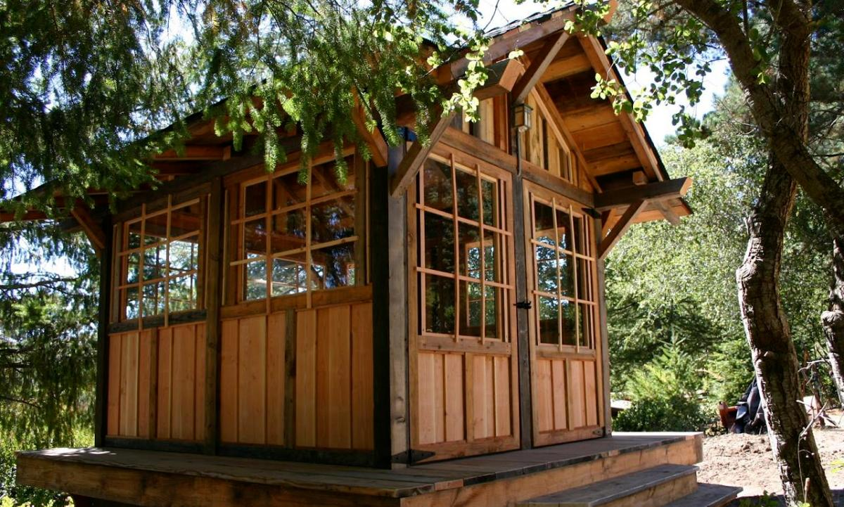 Weekend fun tea house cabin in the woods by molecule tiny for Small house bliss