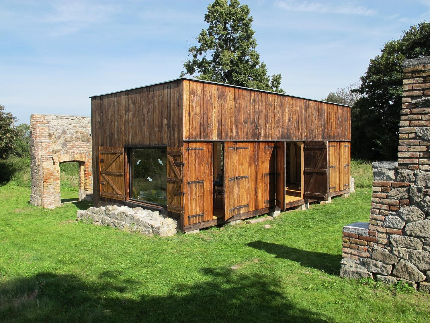 Gallery a simple rustic retreat in the czech countryside for Rustic retreat