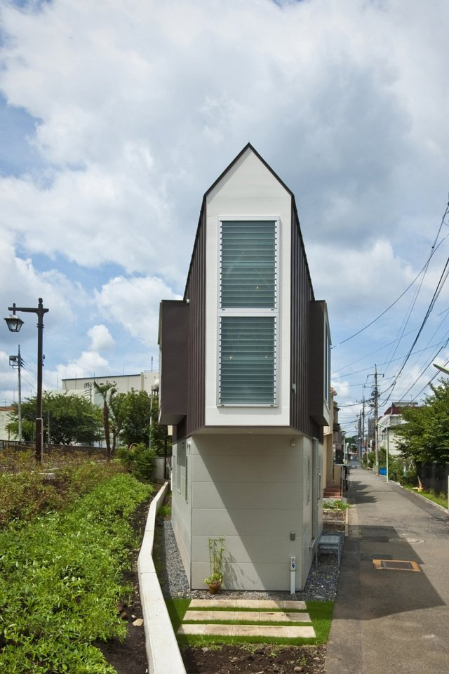 This 2-bedroom house on a tiny sliver of a site seems larger than its 595 sq ft. | www.facebook.com/SmallHouseBliss