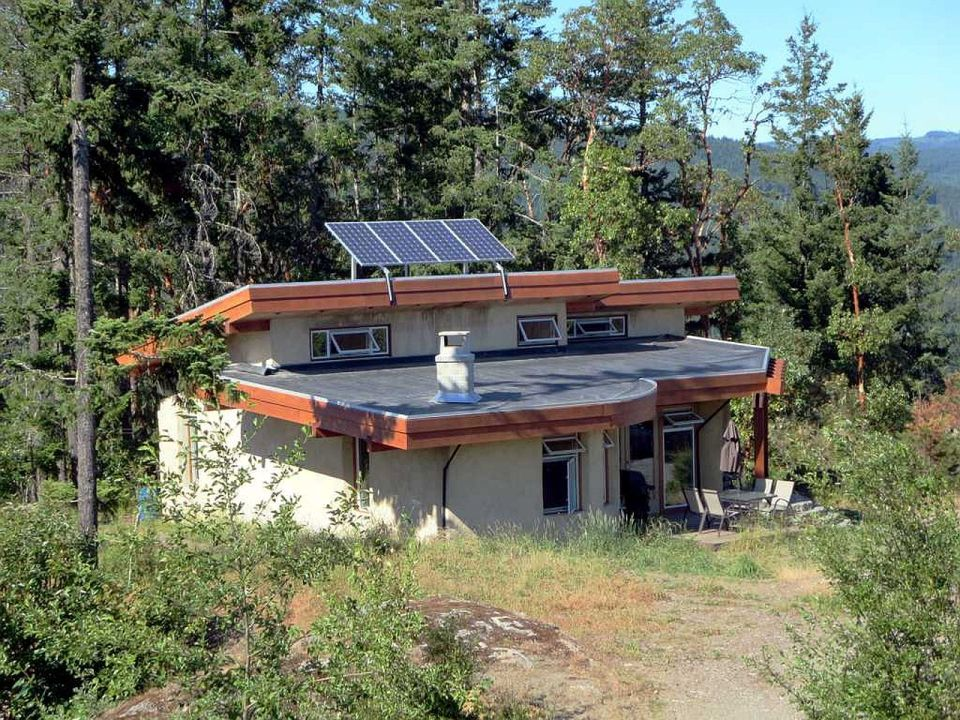 This off-grid and eco-friendly cob house has 2 bedrooms in 1,000 sq ft. | www.facebook.com/SmallHouseBliss