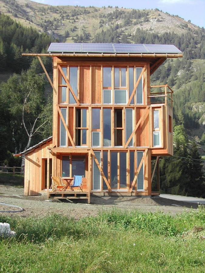 Casa solare combines rustic design and energy self for Small solar home plans