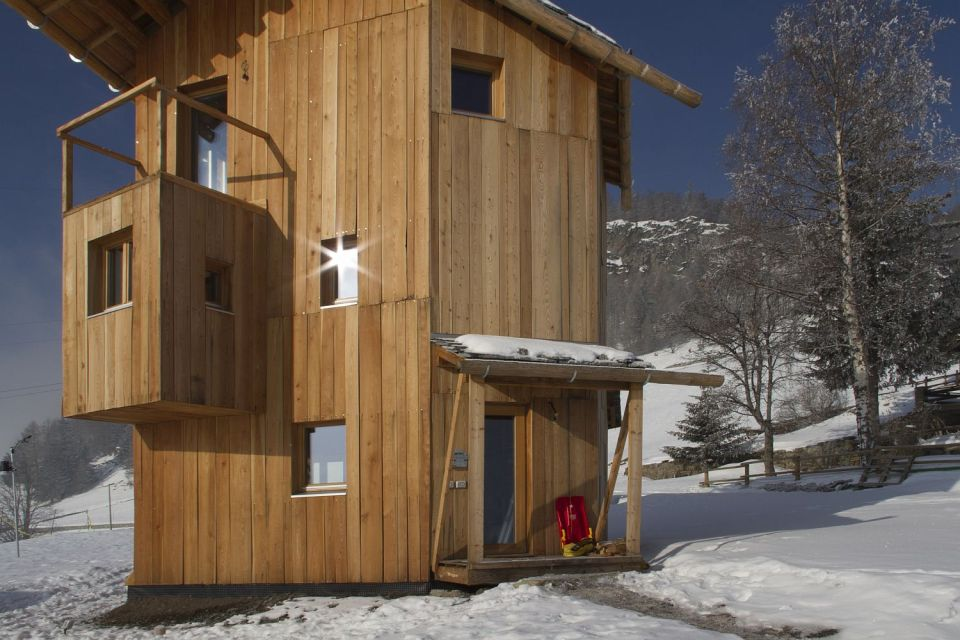 The small tower house with 3 bedrooms in 839 sq ft combines a rustic look with leading edge energy efficiency.   www.facebook.com/SmallHouseBliss