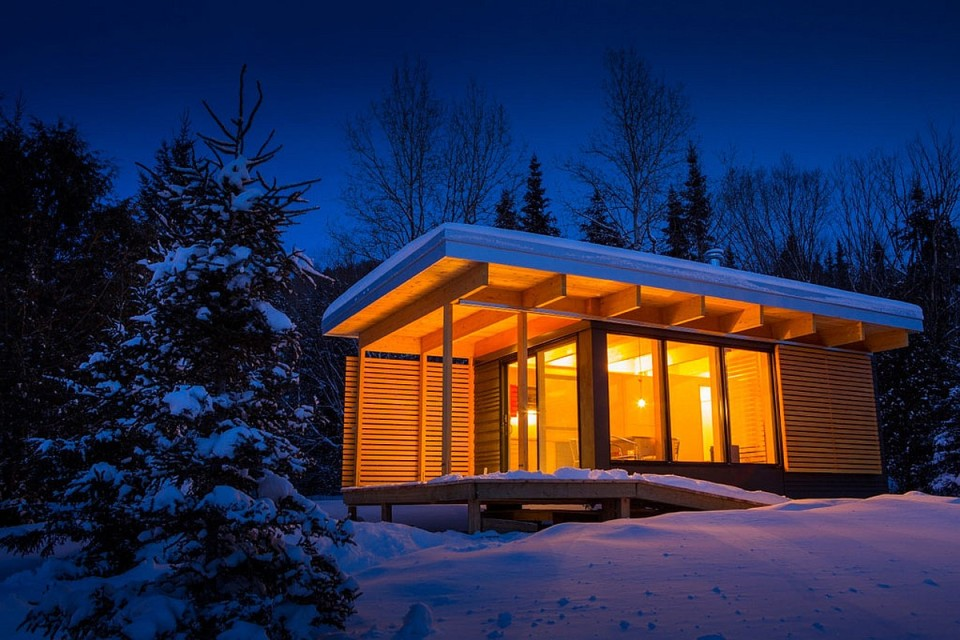 Chalet exp a tiny modern cabin for quebec s wilderness for Tiny vacation homes