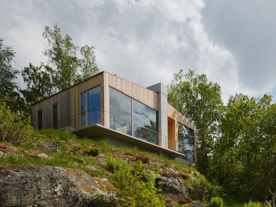 This contemporary lakeside cottage in Sweden has 3 small bedrooms in 1,249 sq ft.   www.facebook.com/SmallHouseBliss