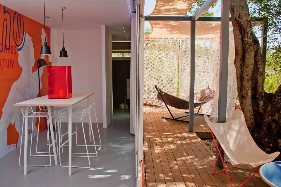 Nomad Living, una casa de invitados para contenedores que se expande en una terraza sombreada.  |  www.facebook.com/SmallHouseBliss