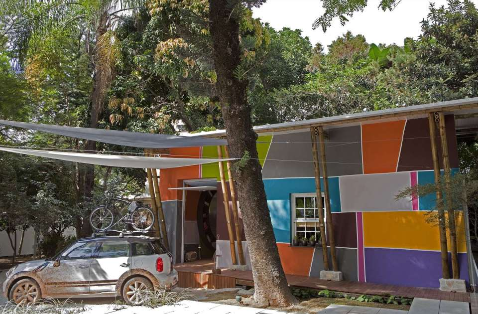 """A nondescript 1930s house was renovated to create """"Cabana Urbana"""", a vibrant weekend retreat in São Paulo, Brazil with a 914 sq ft studio plan.   www.facebook.com/SmallHouseBliss"""