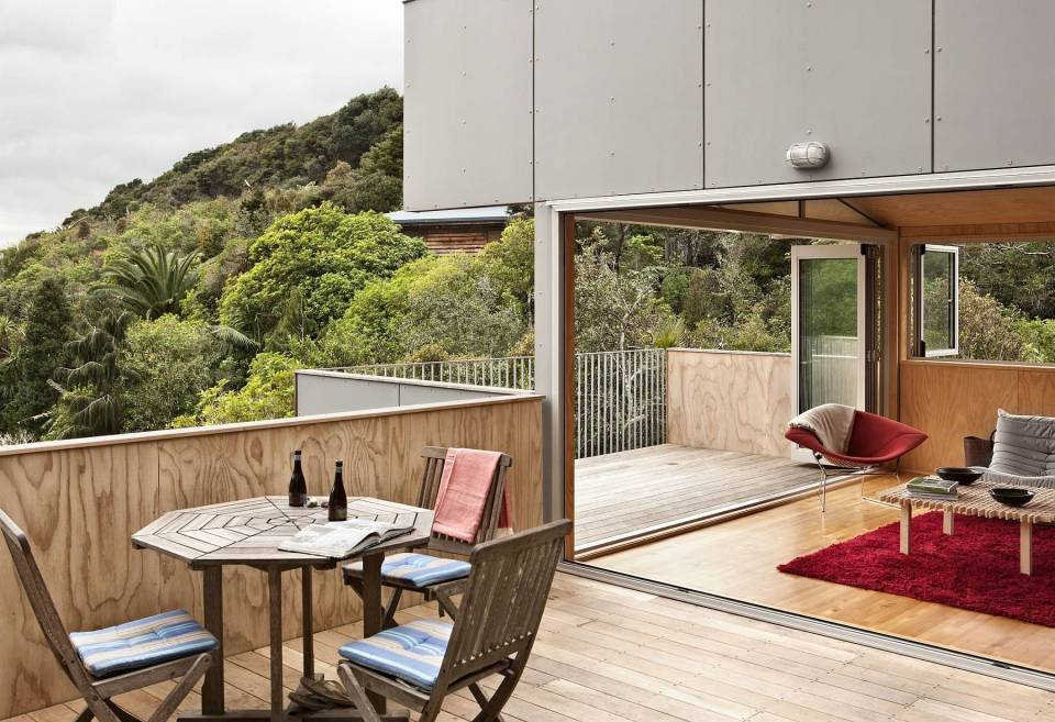 To get around this small hillside house, the owners must step outside; external decks and stairs serve as circulation space. The house has 3 bedrooms in 1,076 sq ft. | www.facebook.com/SmallHouseBliss