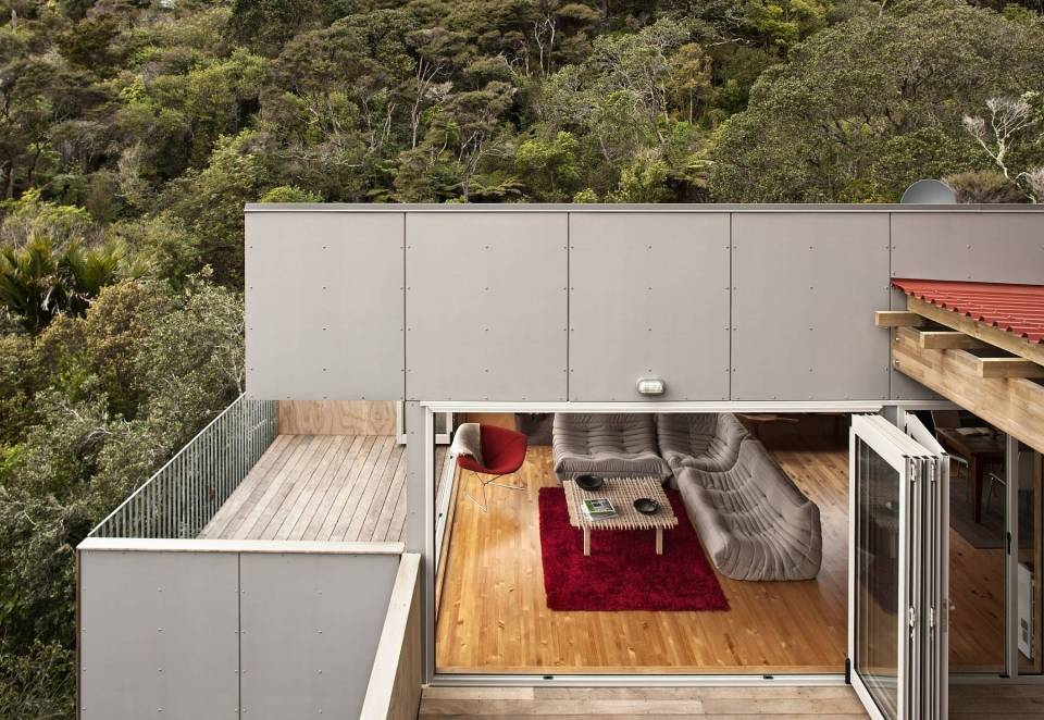 To get around this small hillside house, the owners must step outside; external decks and stairs serve as circulation space. The house has 3 bedrooms in 1,076 sq ft.   www.facebook.com/SmallHouseBliss