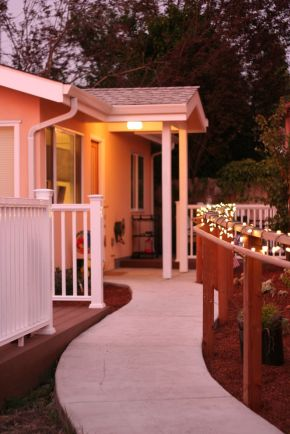 This stuccoed backyard cottage in California has 2 good-sized bedrooms in just 610 sq ft. | www.facebook.com/SmallHouseBliss