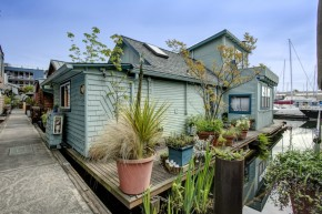 This quirky float house on Seattle's Lake Union was built in 1920 and added on over the years. It now has 640 sq ft with one bedroom. | www.facebook.com/SmallHouseBliss