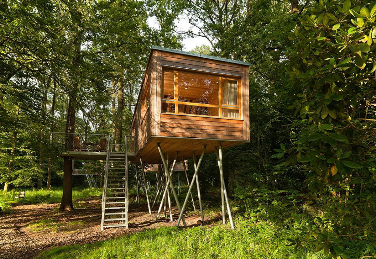 The baumgefl ster treehouse resort baumraum small for Modern tree house designs