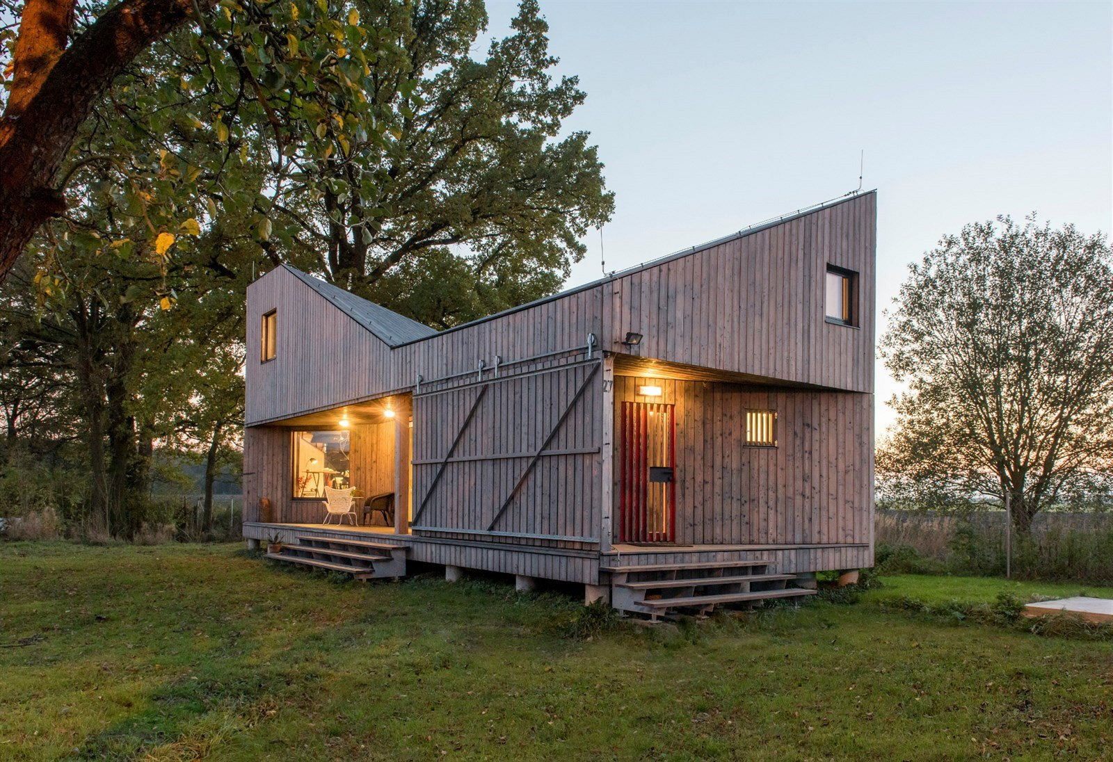 An energy efficient home with a folded roof asgk design for Energy efficient cabin
