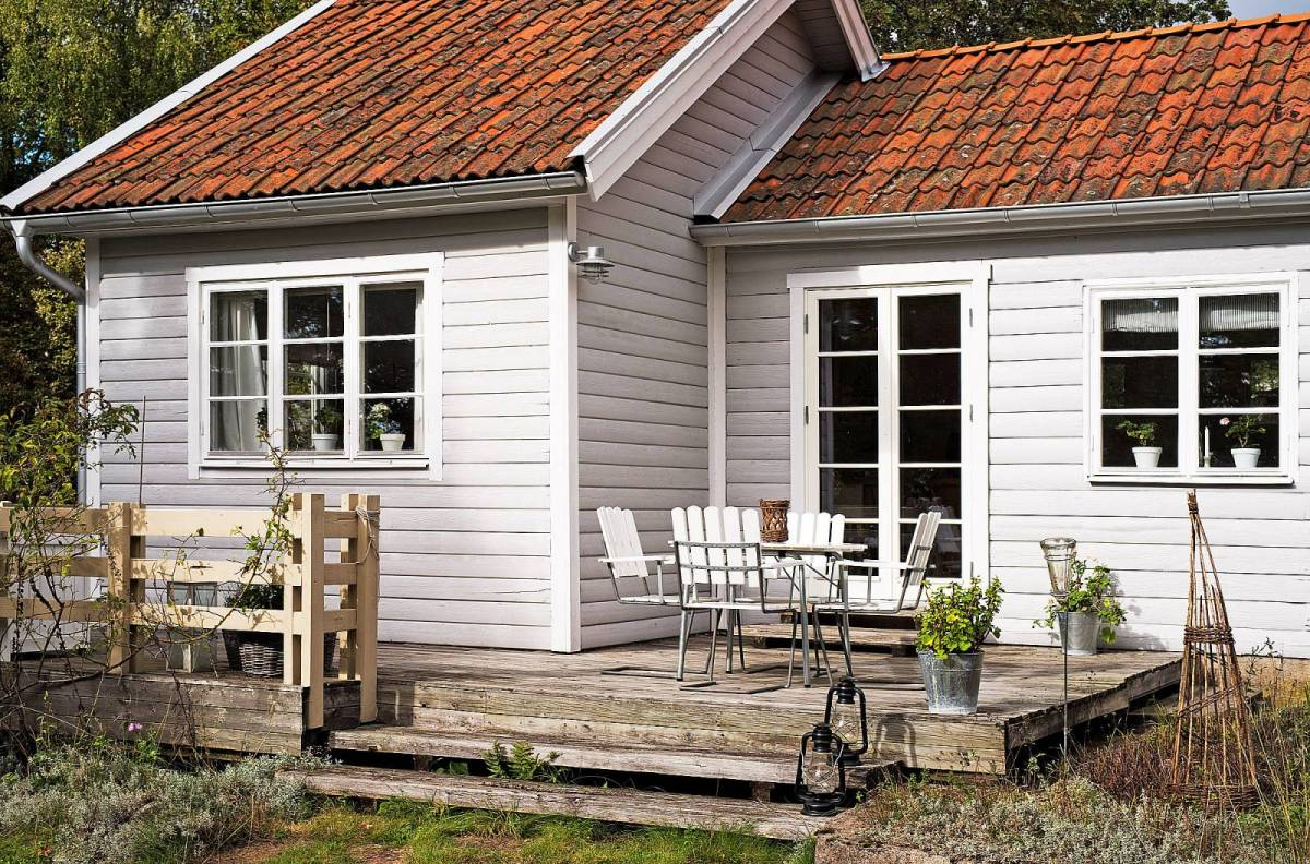 Forest cottage in sweden small house bliss for Tiny cabin ideas