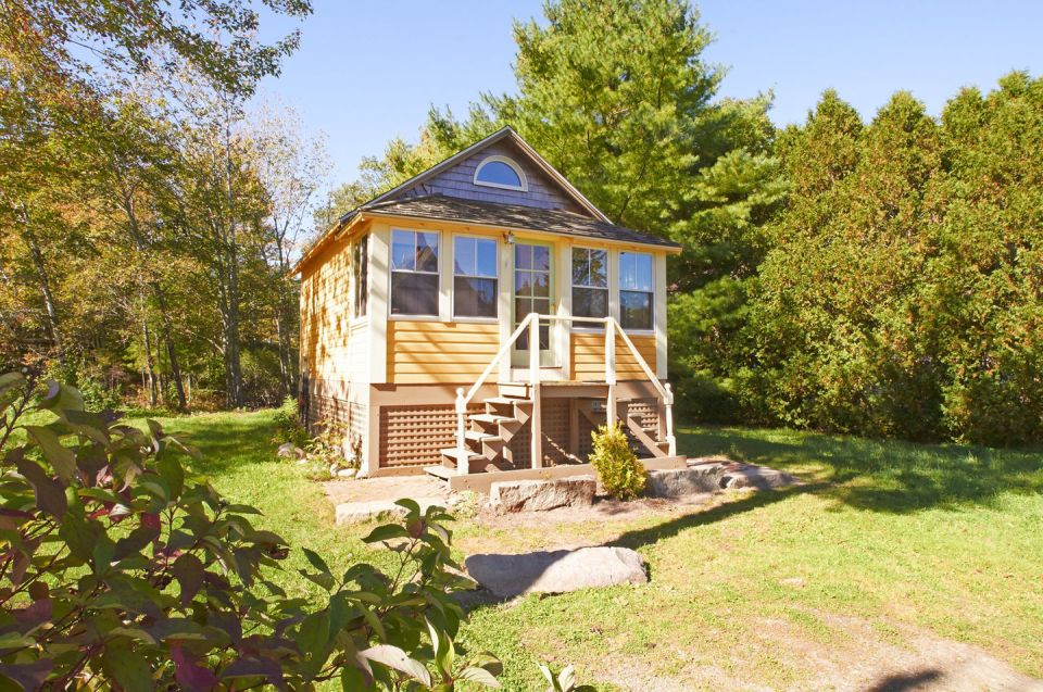 This old-time shingled cottage in Maine oozes charm. It has an open studio layout plus a sleeping loft. | www.facebook.com/SmallHouseBliss