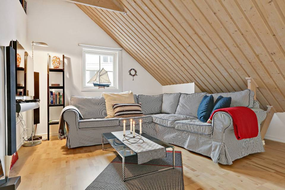 This traditional style family vacation cottage sits on a rugged island on Sweden's west coast. It has three bedrooms in 1,087 sq ft.   www.facebook.com/SmallHouseBliss
