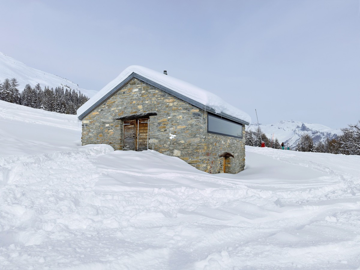 From antique barn to contemporary ski cabin savioz for Ski cottage