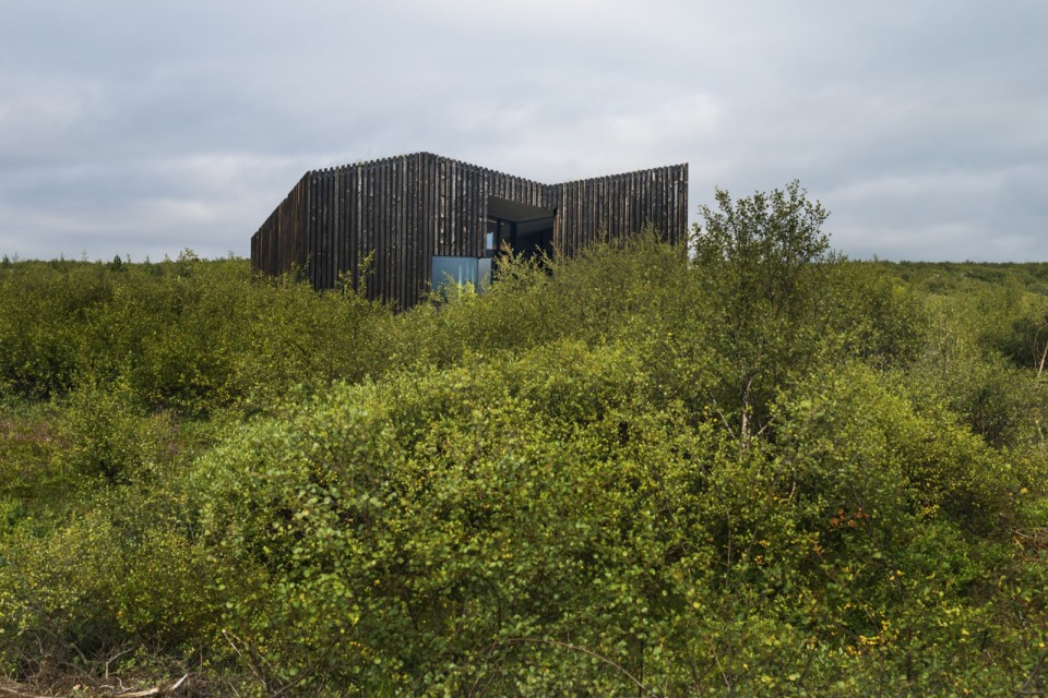 A modern version of the traditional Icelandic turf house, this vacation home blends into the landscape. It has three bedrooms in 1,109 sq ft.   www.facebook.com/SmallHouseBliss