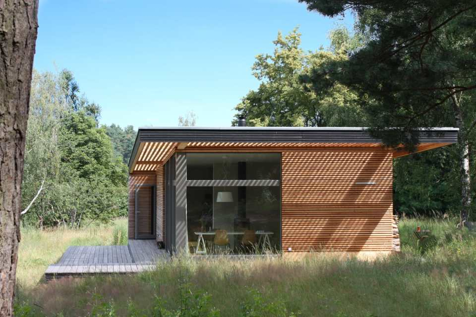Inspired by Scandinavian summerhouse culture, Sommerhaus PIU is a clean-lined prefab vacation home with two bedrooms in 700 sq ft.   www.facebook.com/SmallHouseBliss