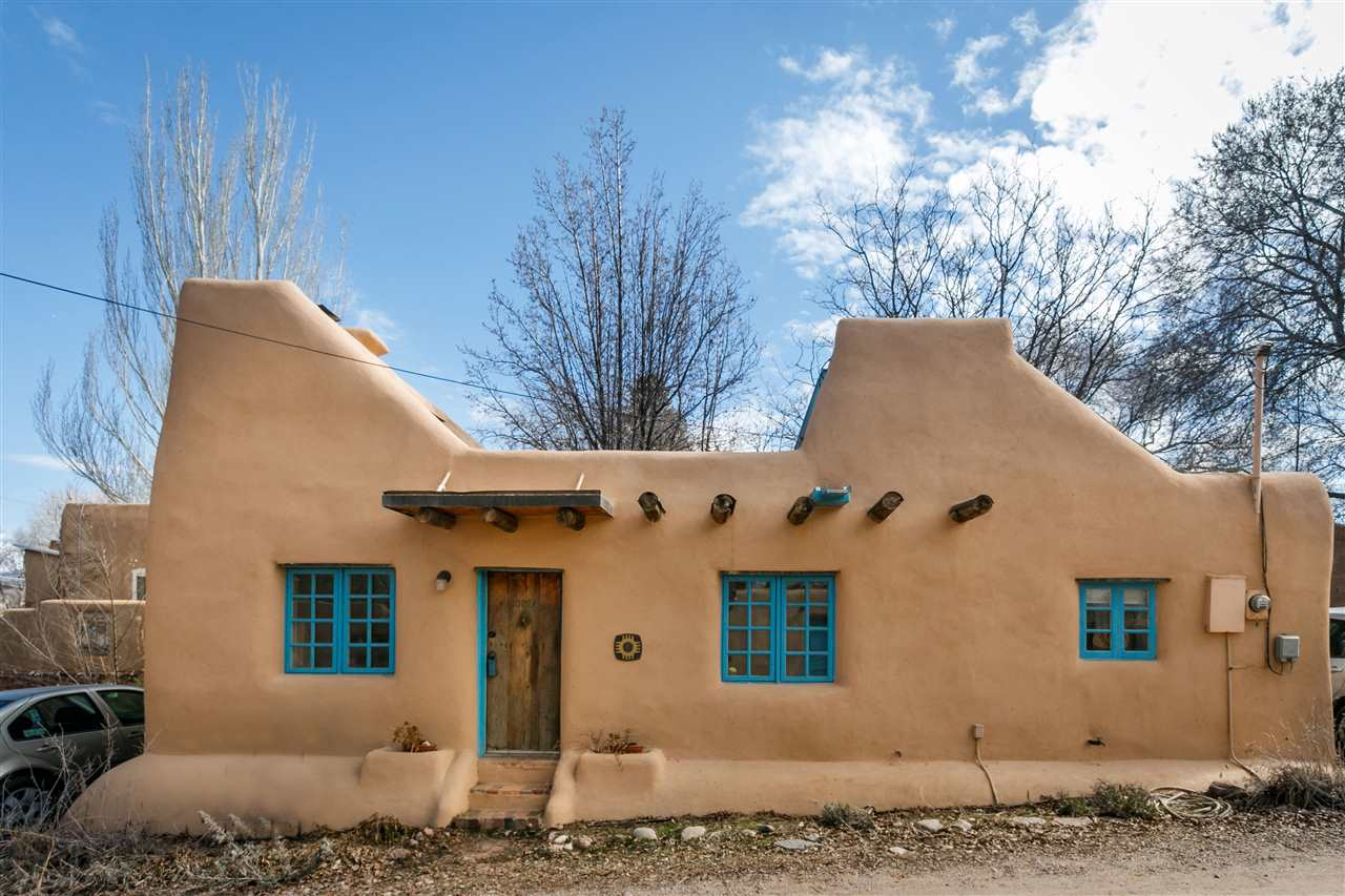A pueblo style solar house in santa fe small house bliss for Small modern homes for sale