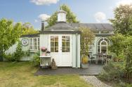 This fanciful allotment hut in Denmark has a tiny bedroom, a sleeping alcove and a sleeping loft in its 645 sq ft.   www.facebook.com/SmallHouseBliss