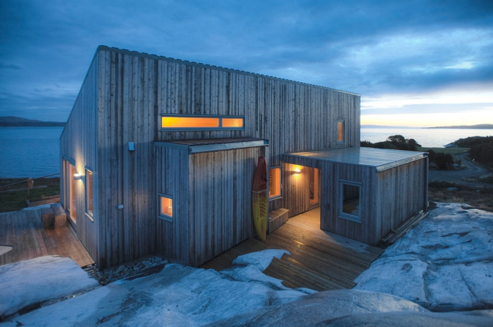 A modern coastal cabin in norway tyin tegnestue small house bliss - Isolated contemporary design cabin straddles rocks on norwegian island ...